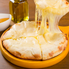 タンドールオーブンで焼きたて「チーズナン」